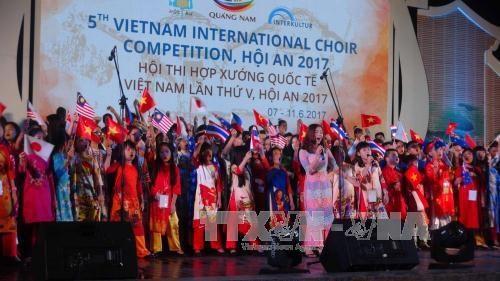 Un millier d'artistes au concours de chant choral de Hoi An 2017 hinh anh 1