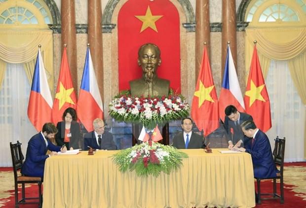 Le president tcheque termine sa visite d'Etat au Vietnam hinh anh 1