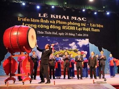Exposition de photos et de documents sur la communaute de l'ASEAN au Vietnam hinh anh 1