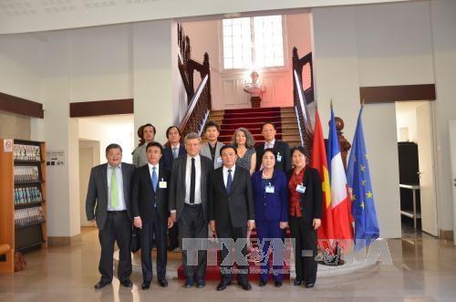 Une delegation de l'Academie nationale de politique Ho Chi Minh en France hinh anh 1