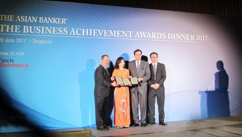 Vietcombank recoit trois prix internationaux hinh anh 1