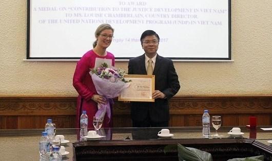 L'insigne «Pour l'œuvre de la justice» decerne a la directrice du PNUD au Vietnam hinh anh 1