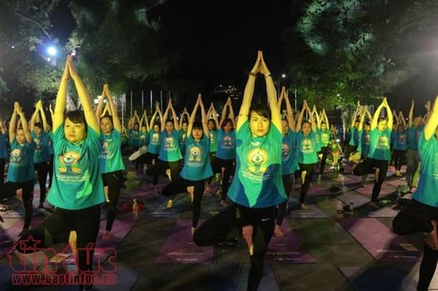 Hanoi: un millier de personnes participent a une representation de Yoga hinh anh 1