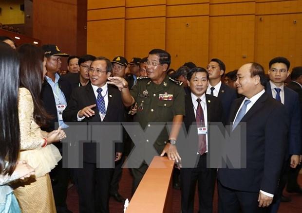 Rencontre entre les deux PM vietnamien Nguyen Xuan Phuc et cambodgien Hun Sen hinh anh 2