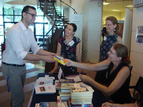 Collecte de livres a l'occasion de la Journee de la diplomatie solidaire hinh anh 1