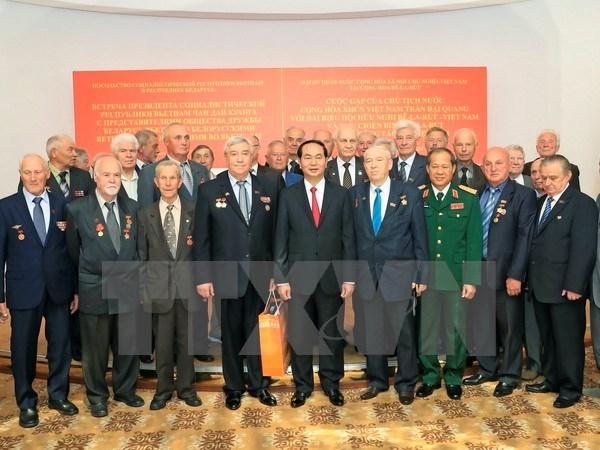 Le chef de l'Etat rencontre des amis bielorusses et des Vietnamiens en Bielorussie hinh anh 1