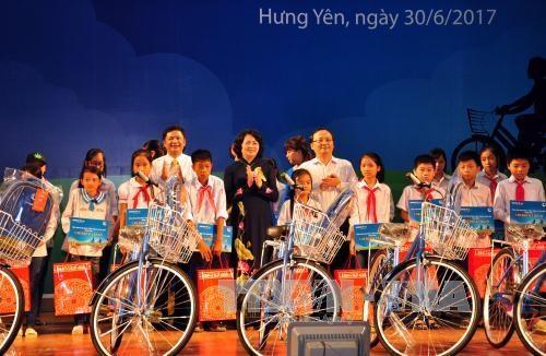 La vice-presidente Dang Thi Ngoc Thinh offre des bourses a des eleves demunis de Hung Yen hinh anh 1