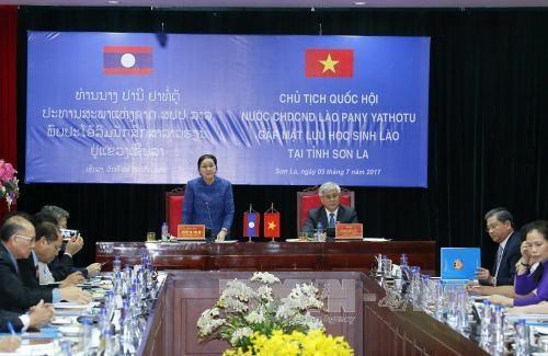 La presidente de l'AN du Laos rencontre des etudiants laotiens a Son La hinh anh 1