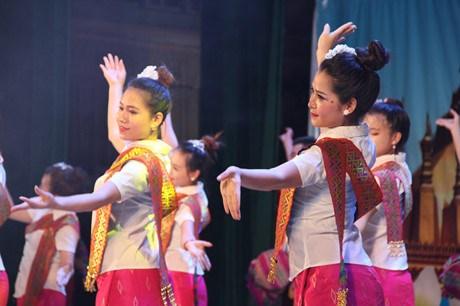 Festival de musique folklorique et defile de mode pour celebrer les liens Vietnam-Laos hinh anh 1