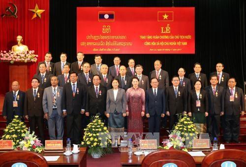 Des dirigeants de 15 provinces laotiennes a l'honneur hinh anh 1