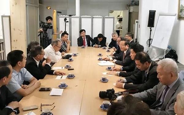 Le vice-president de l'AN Phung Quoc Hien rencontre des Vietnamiens residant en France hinh anh 1