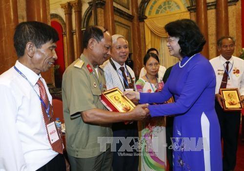 Hanoi organise une rencontre avec des personnes meritantes exemplaires de la Patrie hinh anh 1