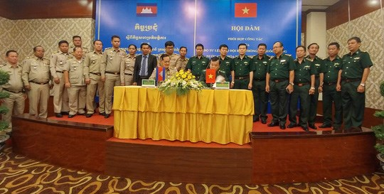 Vietnam et Cambodge renforcent la coordination pour assurer la securite des frontieres hinh anh 1