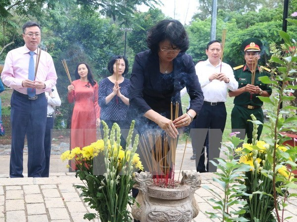 La vice-presidente Dang Thi Ngoc Thinh rend hommage aux morts pour la Patrie a Con Dao hinh anh 1