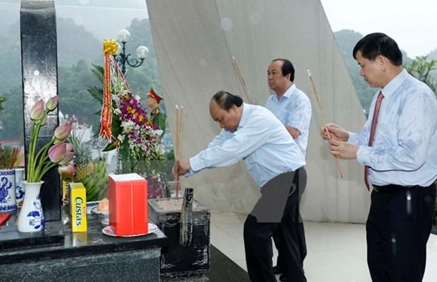Le PM rend hommage aux soldats du regiment 52 Tay Tien a Son La hinh anh 1