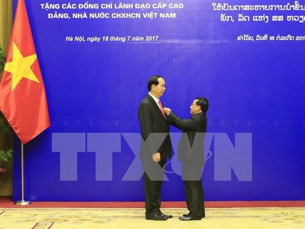 Remise de distinctions honorifiques du Laos a des dirigeants vietnamiens hinh anh 1