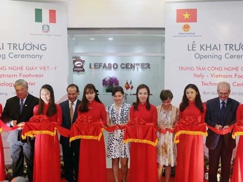 Inauguration d'un centre de technologies des chaussures Vietnam-Italie hinh anh 1
