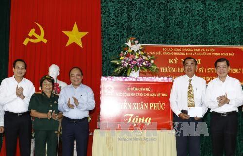 Des dirigeants vietnamiens rendent visite aux personnes meritantes hinh anh 1