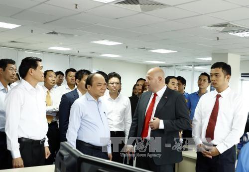 Le PM Nguyen Xuan Phuc visite le port international de Cai Mep hinh anh 1