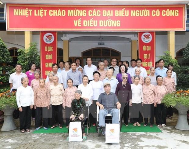 Le leader du PCV Nguyen Phu Trong visite des personnes meritantes de la revolution a Hanoi hinh anh 1