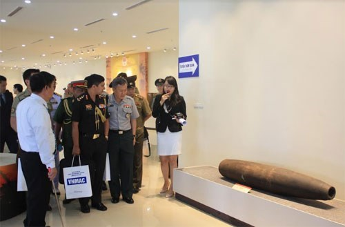 Des attaches militaires etrangers visitent le Centre contre les mines VNMAC hinh anh 1