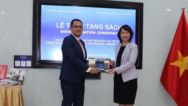 Le Perou remet des livres a la Bibliotheque nationale du Vietnam hinh anh 1