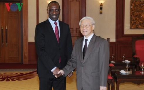 Le Premier ministre mozambicain termine sa visite au Vietnam hinh anh 1