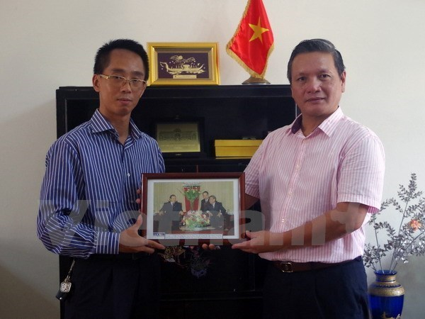 La VNA presente des photos d'amitie a l'ambassade vietnamienne en Algerie hinh anh 1