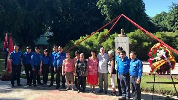Visite du buste du President Ho Chi Minh et du village de Ben Tre a Cuba hinh anh 1