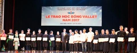 En 2017, 2.250 bourses Odon Vallet remises aux eleves et etudiants brillants hinh anh 1