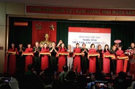 Exposition sur l'amitie entre le Vietnam, le Laos et le Cambodge hinh anh 1