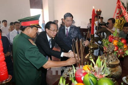 Des responsables de HCM-Ville rendent hommage au President Ho Chi Minh hinh anh 1