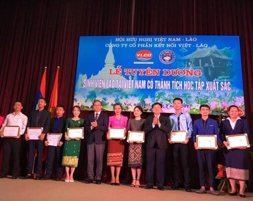 Des etudiants laotiens au Vietnam a l'honneur hinh anh 1