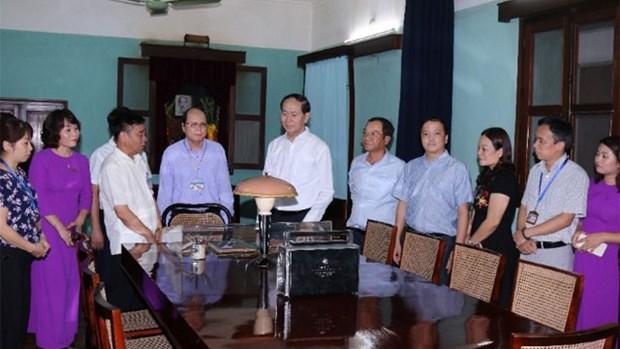 Le chef de l'Etat rend hommage au President Ho Chi Minh hinh anh 1