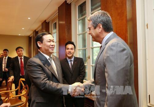 Le vice-PM Vuong Dinh Hue travaille avec des dirigeants de l'OMC hinh anh 1