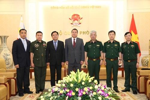 Le vice-ministre de la Defense Nguyen Chi Vinh recoit des responsables etrangers hinh anh 2