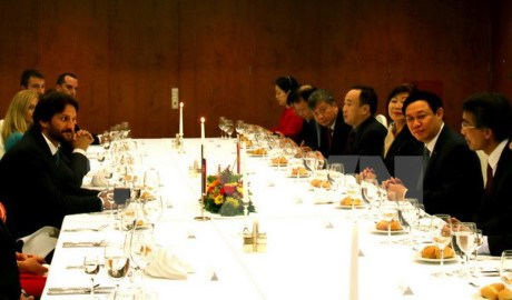 Le vice-PM Vuong Dinh Hue en visite de travail en Slovaquie hinh anh 1