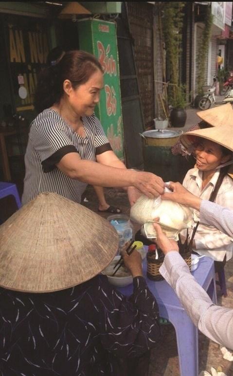 Un bol de bun bo Hue a 1.000 dongs a Hanoi hinh anh 1
