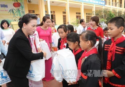 La presidente de l'AN offre des cadeaux aux enfants a Tuyen Quang hinh anh 1
