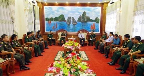 Des officiers cambodgiens visitent la province de Soc Trang hinh anh 1