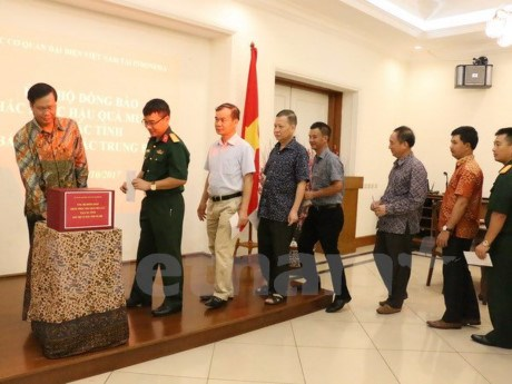 Soutien des Vietnamiens en Indonesie pour les sinistres des crues hinh anh 1