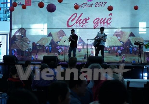 Des etudiants vietnamiens en Australie promeuvent la culture traditionnelle aux amis etrangers hinh anh 1