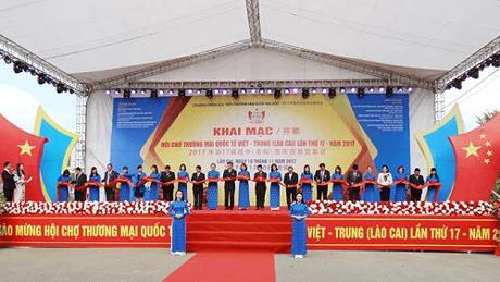 Ouverture de la foire commerciale internationale Vietnam-Chine 2017 a Lao Cai hinh anh 1