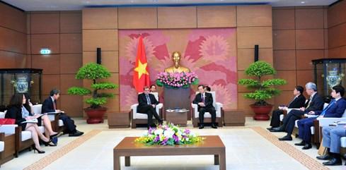 Le vice-president de l'AN Phung Quoc Hien recoit le vice-president du groupe Exxon Mobile hinh anh 1