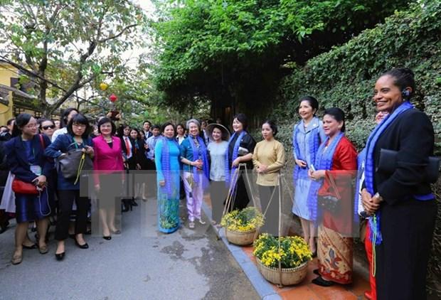 APEC 2017: Les epouses decouvrent un Vietnam seduisant et attachant hinh anh 1