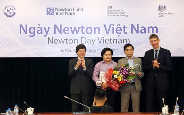 Sciences : remise des prix Newton Vietnam hinh anh 1