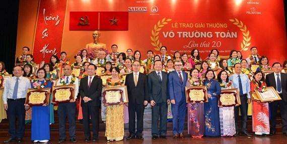 Le pays en fete pour la Journee des enseignants vietnamiens hinh anh 1