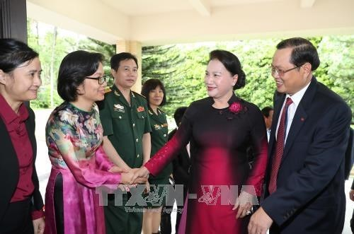 La presidente de l'AN rencontre des Vietnamiens a Singapour hinh anh 1