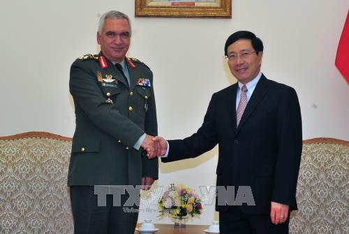 Le vice-PM et ministre des AE Pham Binh Minh recoit le president du Comite militaire de l'UE hinh anh 1