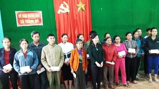 Remise de cadeaux des Viet kieu de France aux sinistres des crues de Thanh Hoa hinh anh 1